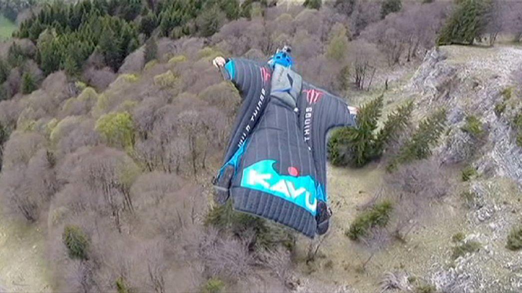 Base jumping: il brivido della tuta alare, in volo a 200 km/h
