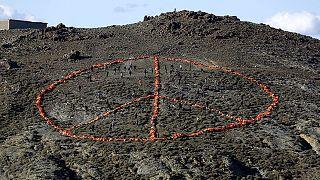 Midilli Adası'nda cankurtaran yeleklerinden barış sembolü