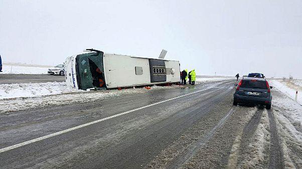 Turquia: Gelo na estrada faz capotar autocarro de passageiros