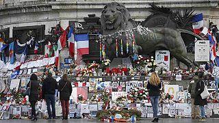 Charlie Hebdo: un Dios con Kalashnikov para conmemorar el primer año de los ataques