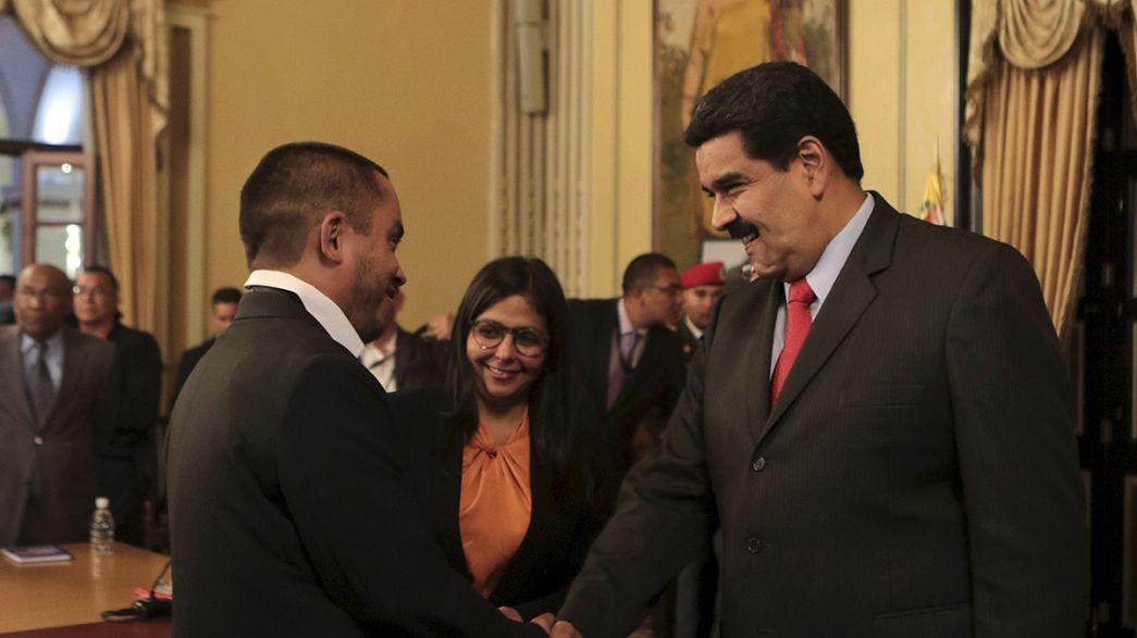 Venezuela. Maduro fa un rimpasto di governo, l'opposizione fa giurare i deputati sospesi