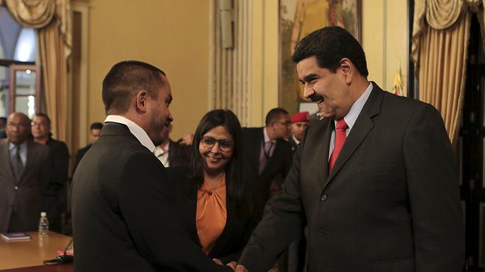 "Venezuela: Nicolás Maduro remodela Governa para enfrentar ""crise económica"" e parlamento oposicionista"