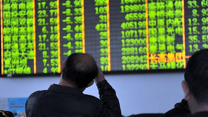 Торги на биржах Китая прекратили после обвала на 7%