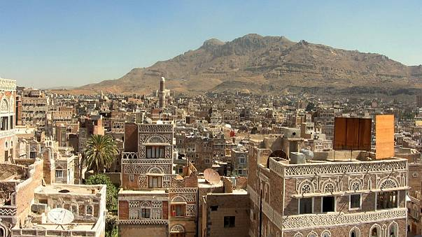 Szaúd-Arábiát vádolja Irán azzal, hogy lebombázták jemeni követségüket
