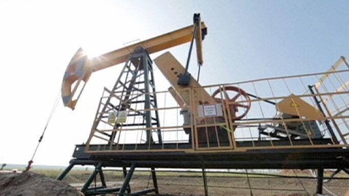 أسعار النفط تتراجع لأقل من 33 دولارا