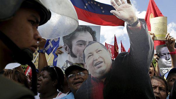 Venezuela : manifestation chaviste contre opposition iconoclaste