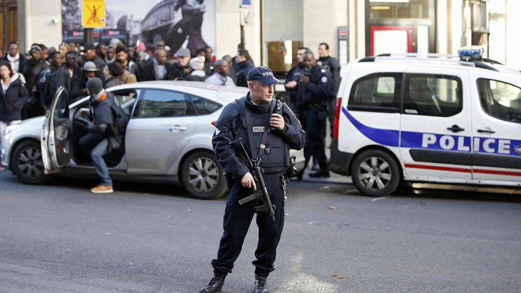 Las autoridades tratan de verificar la identidad del atacante abatido en una comisaría de París