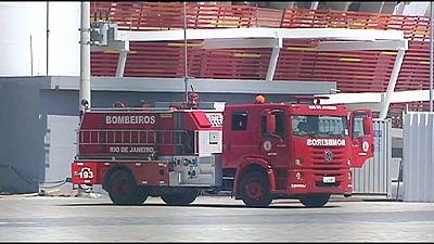Extrabajadores de los JJOO de Río queman un contenedor como protestas por no recibir su salario