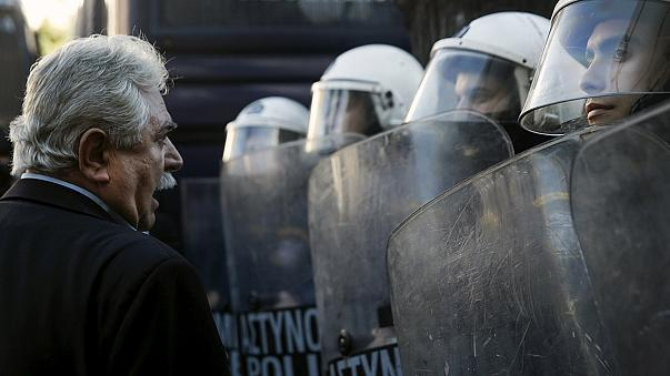 Enfrentamientos entre manifestantes y policías en una marcha en Atenas contra la reforma de las pensiones