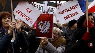 Polacos manifestam-se contra nova lei dos media