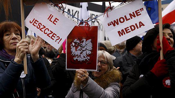 Pologne : des milliers de personnes manifestent pour défendre les médias publics