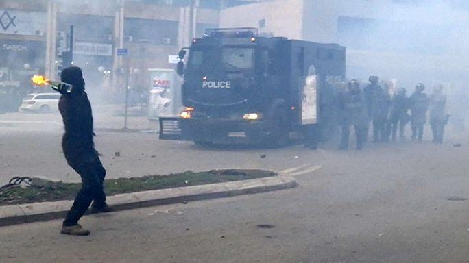 Felgyújtottak egy kormányépületet Koszovóban