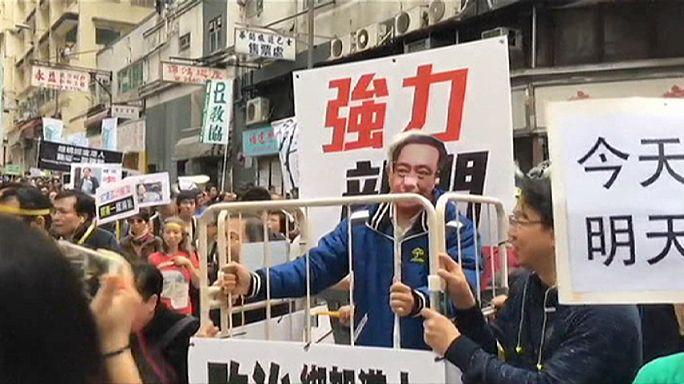 Hong Kong'da binler Çin'in alıkoyduğu iddia edilen kitapçılar için yürüdü