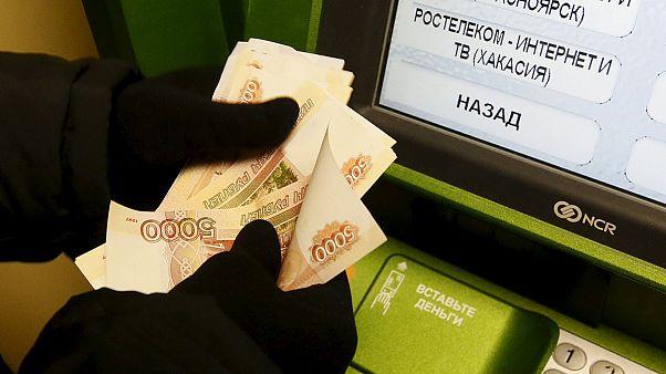 Rublo em queda e russos mais pobres após férias de Natal