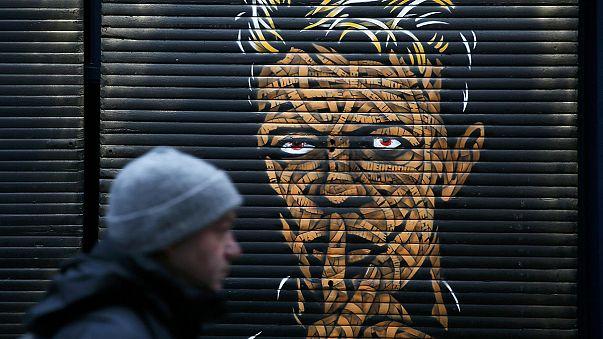 عشاق المغني البريطاني ديفيد بوي يعبرون عن حزنهم لرحيله