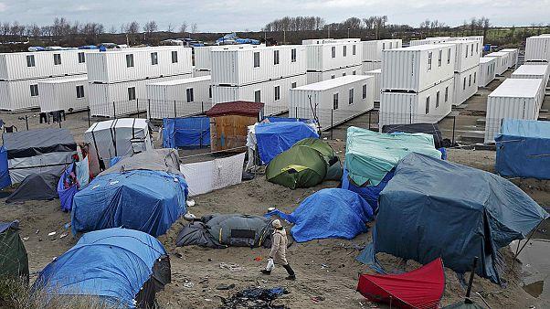 Calais: Erste Wohncontainer für Migranten eröffnet