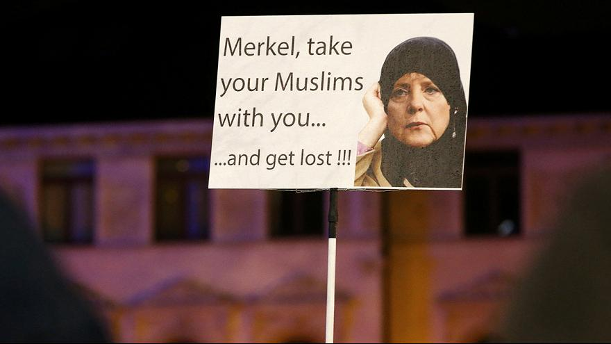 Réfugiés : manifestants pro et anti-immigration, face à face à Leipzig