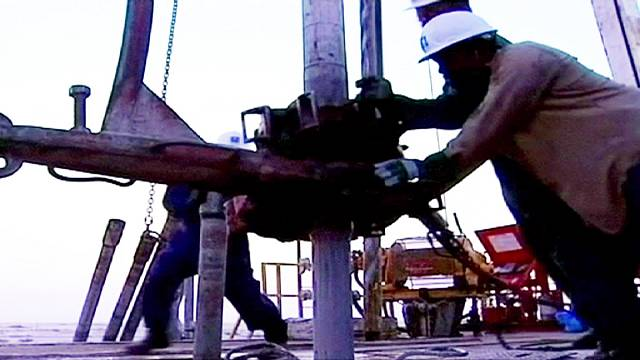 أسعار النفط تتراجع إلى أقل من واحد وثلاثين دولارا للبرميل
