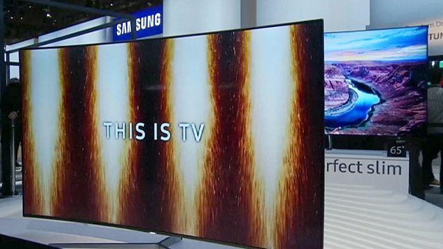أجهزة التلفزيون الذكية والمتصلة تجذب الأنظار في معرض الإلكترونيات الإستهلاكية في لاس فيغاس