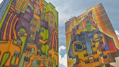 Une immense fresque égaye des façades d'immeubles à El Alto