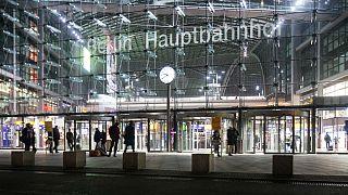 Flüchtlinge schenken Frauen Blumen am Berliner Hauptbahnhof