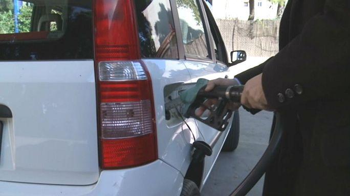Цены на бензин в ЕС не спешат падать вслед за нефтью