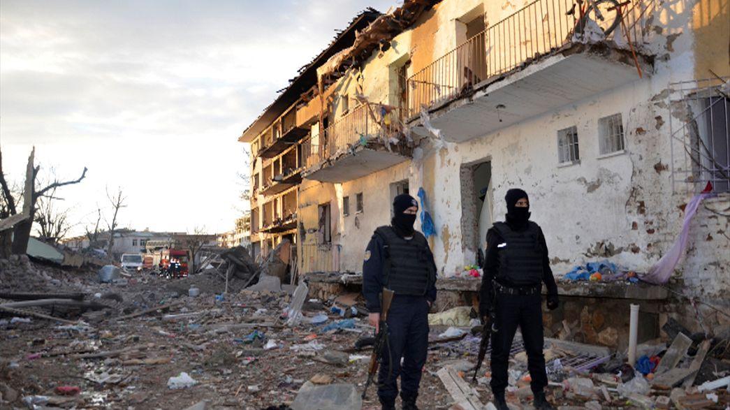 Turchia: autobomba e sparatoria a Diyarbakir