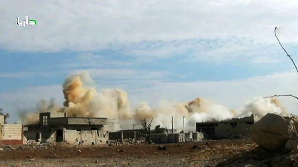 Videón, ahogy hordóbombát dobtak egy szíriai városra