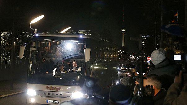 Merkel'i protesto için Başbakanlığa mülteci gönderildi