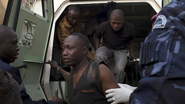 """Burkina Fasó túlélői: """"válogatás nélkül lőttek a terroristák"""""""