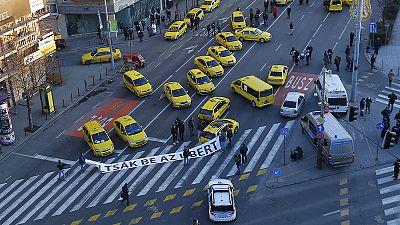 Más de un centenar de taxistas bloquean el centro de Budapest para protestar contra Uber