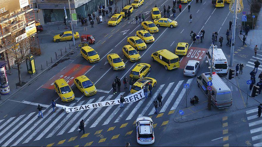 Taxistas húngaros protestam contra a Uber