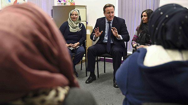 """Cameron'dan Müslüman kadınlara: """"İngilizce öğrenmezseniz ülkenize göndeririz!"""""""