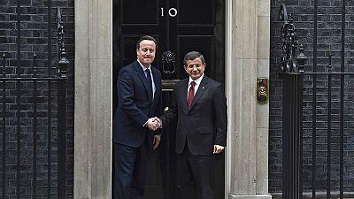 Premier turco Davutoglu incontra Cameron a Londra tra le proteste