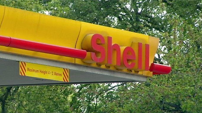 Прибыль Shell упала вдвое