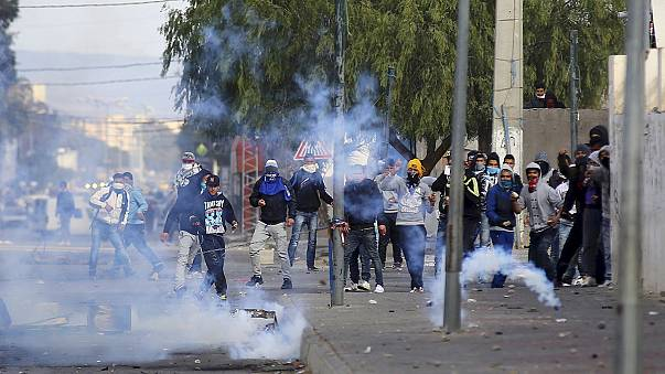 Tunísia: Um polícia morto em protestos contra o desemprego