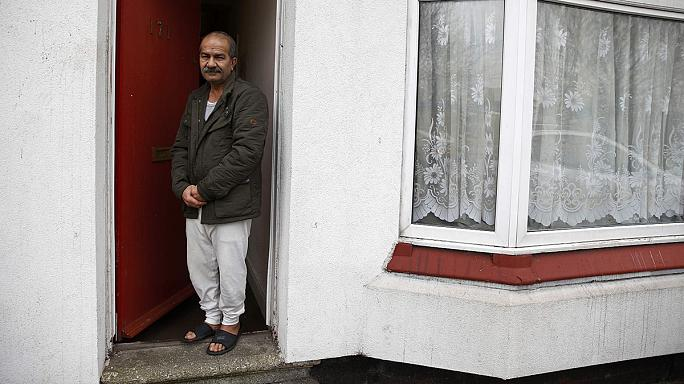 Piros ajtók mögött laknak a menekültek egy angliai városban