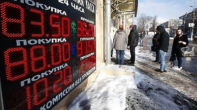 Rublo segue em queda face ao dólar