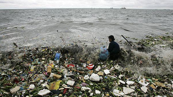 A Davos, la navigatrice Ellen Mac Arthur si batte per ripulire i mari dalla plastica