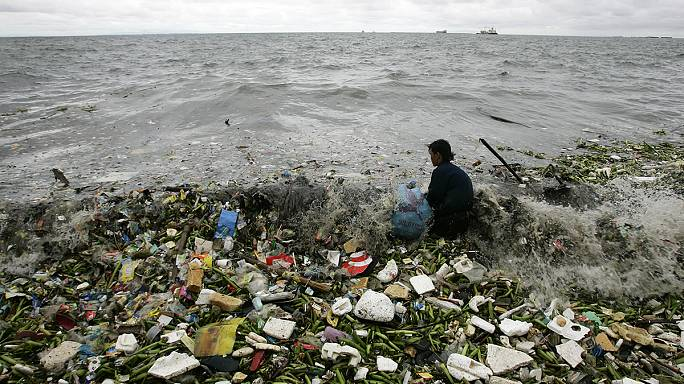 Bientôt plus de plastique que de poissons dans la mer, alerte Ellen MacArthur