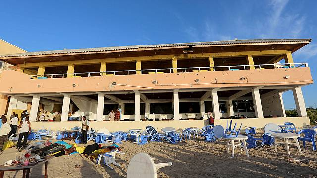 Al-Shabaab gun and bomb attack targets Somalian beach-side cafés