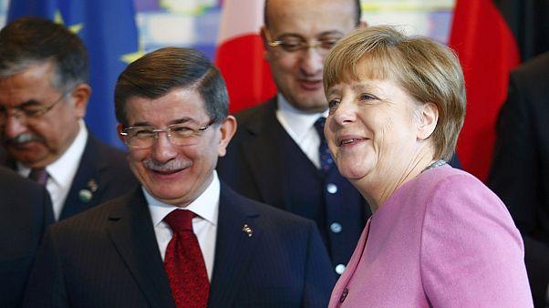 Απευθείας η κοινή συνέντευξη Τύπου Μέρκελ-Νταβούτογλου για το προσφυγικό