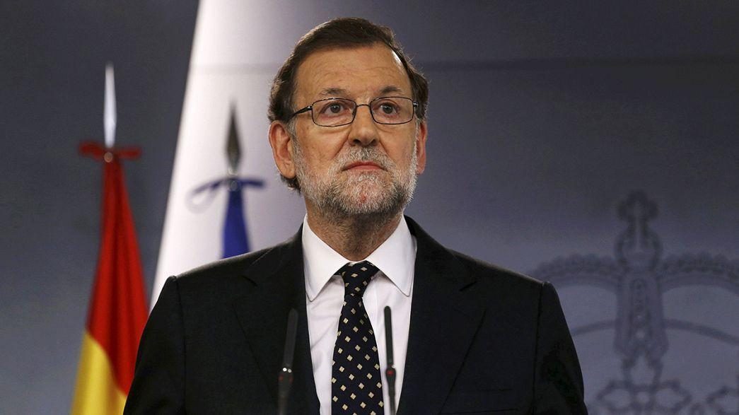 Rajoy da un paso al lado pero no renuncia, a la espera de que Sánchez e Iglesias fracasen