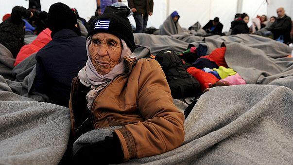 Plus de 700 migrants bloqués à la frontière entre la Grèce et l'ex-République yougoslave de Macédoine
