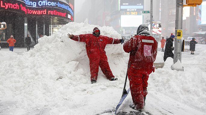 А снег идет: Восточное побережье США борется с непогодой