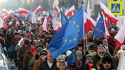 Polónia: Milhares manifestam-se contra medidas do governo conservador
