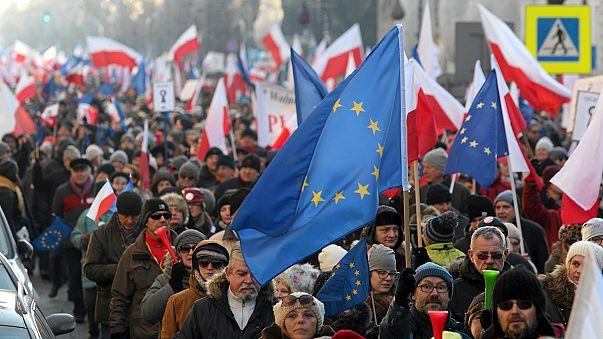 Polonya'da hükümetin yeni düzenlemesi binleri sokaklara döktü