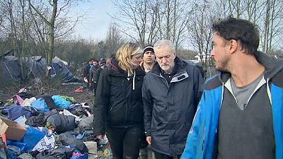 """Migranti a Calais, Corbyn visita la ''giungla"""": """"L'Europa deve fare di più"""""""