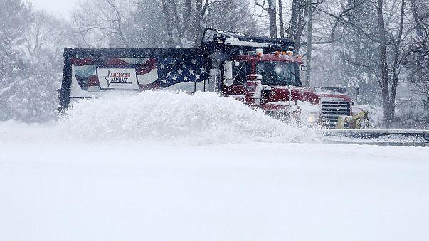 La tormenta Jonás sigue cobrándose vidas y causando el caos en EE.UU.