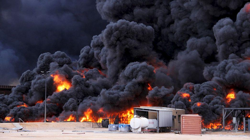 Impresionante incendio en la refinería libia de Ras Lanuf